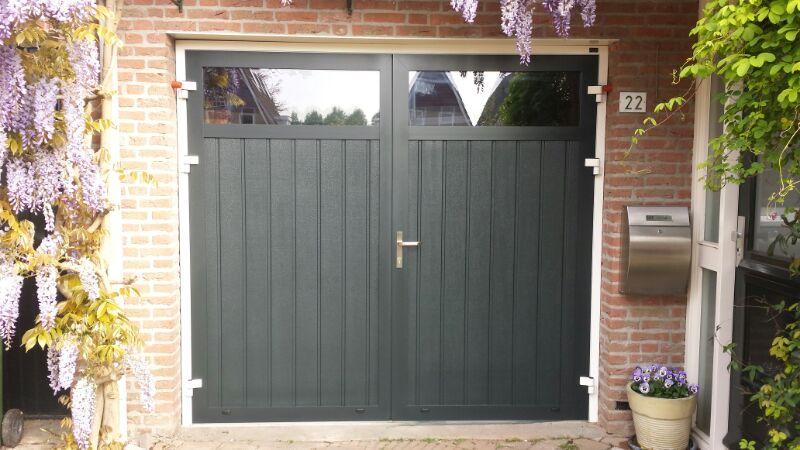 Openslaande garagedeur verticaal geprofileerd in houten - Deur kast garagedeur ...